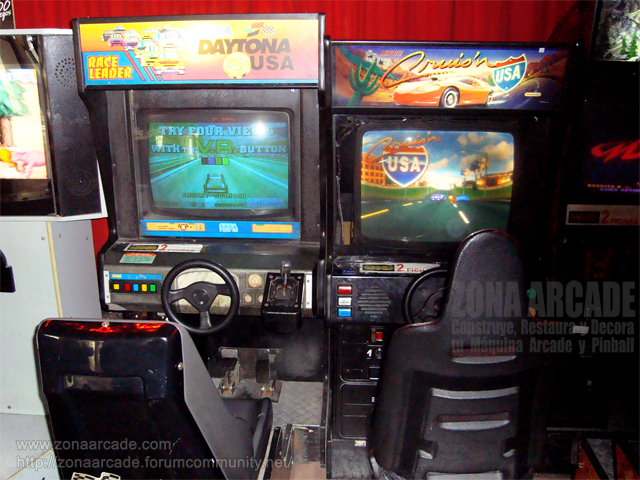 "Cockpits ""DAYTONA USA"" y un ""CRUISIN´ USA""."