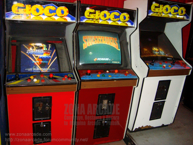 "Tres cabinas arcades con los juegos ""RAIDEN FIGHTERS 2000"", ""SUNSET RIDERS"" y ""METAL SLUG X""."