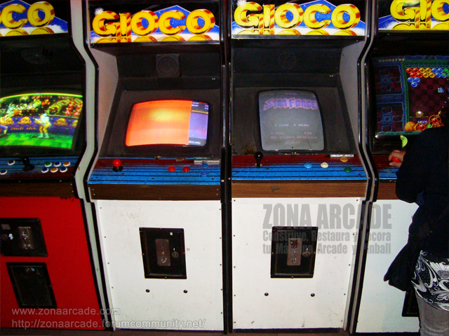 "Cabinas arcade con juegos ""STREET FIGHTER II: CHAMPION EDITION"" (boogleg), ""NEW RALLY X"", ""STAR FORCE II"" y ""PUZZLE BOBBLE""."
