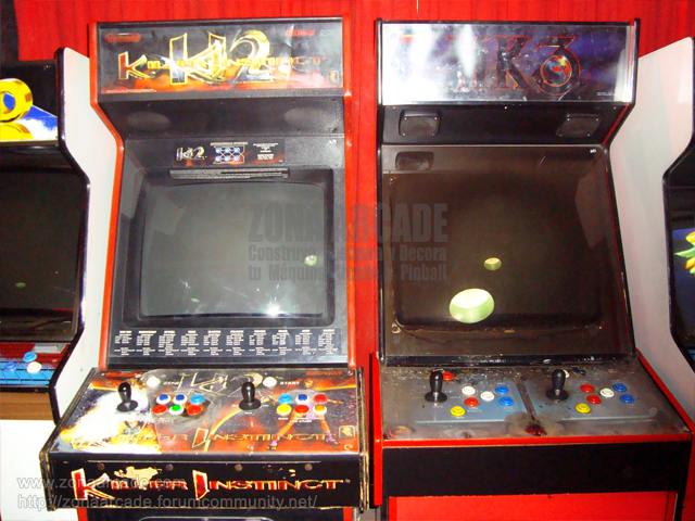 "Muebles originales de ""KILLER INSTINCT 2"" y ""MORTAL KOMBAT 3""."
